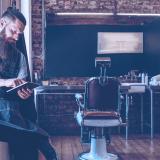 homem-usando-tablet-barbearia