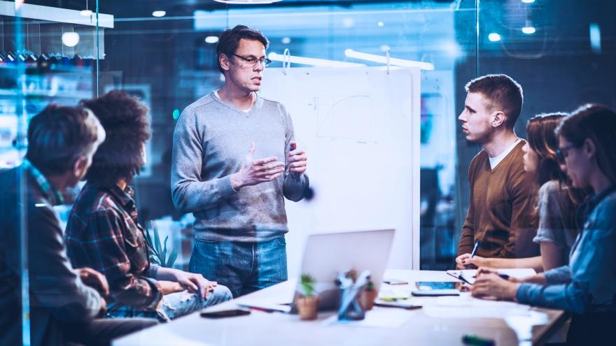 Reunião de equipe com computador