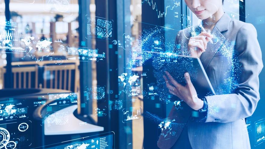 Mulher usando tablet conectado à Internet das Coisas
