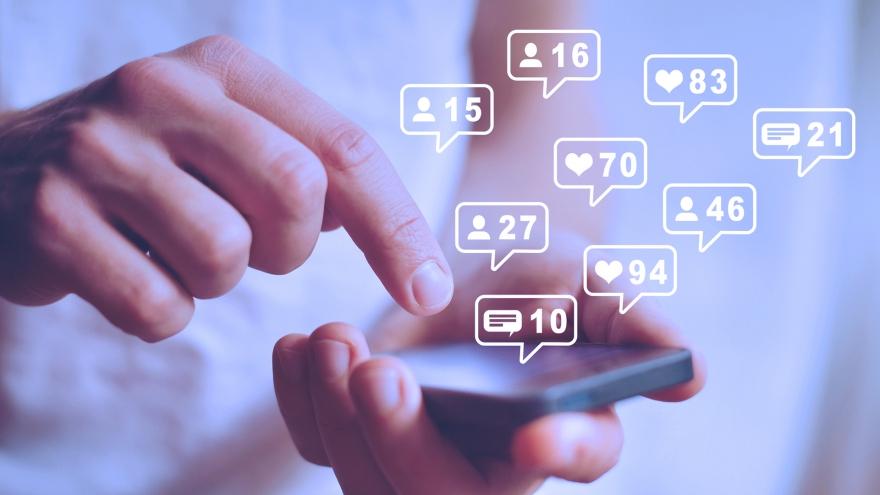 O monitoramento consiste em coletar e analisar, periodicamente, comentários, reações e outras interações de consumidores com sua marca.