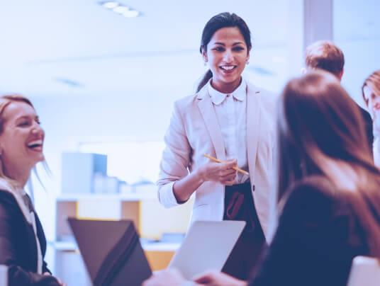 Equipe de mulheres discutindo em seu local de trabalho