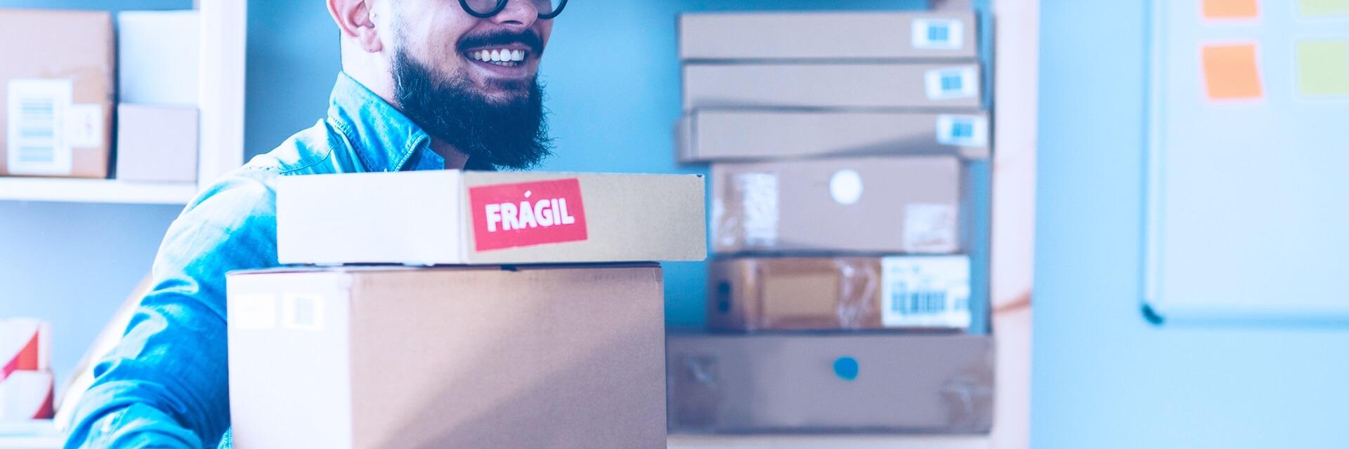 Homem com caixas de venda online para envio