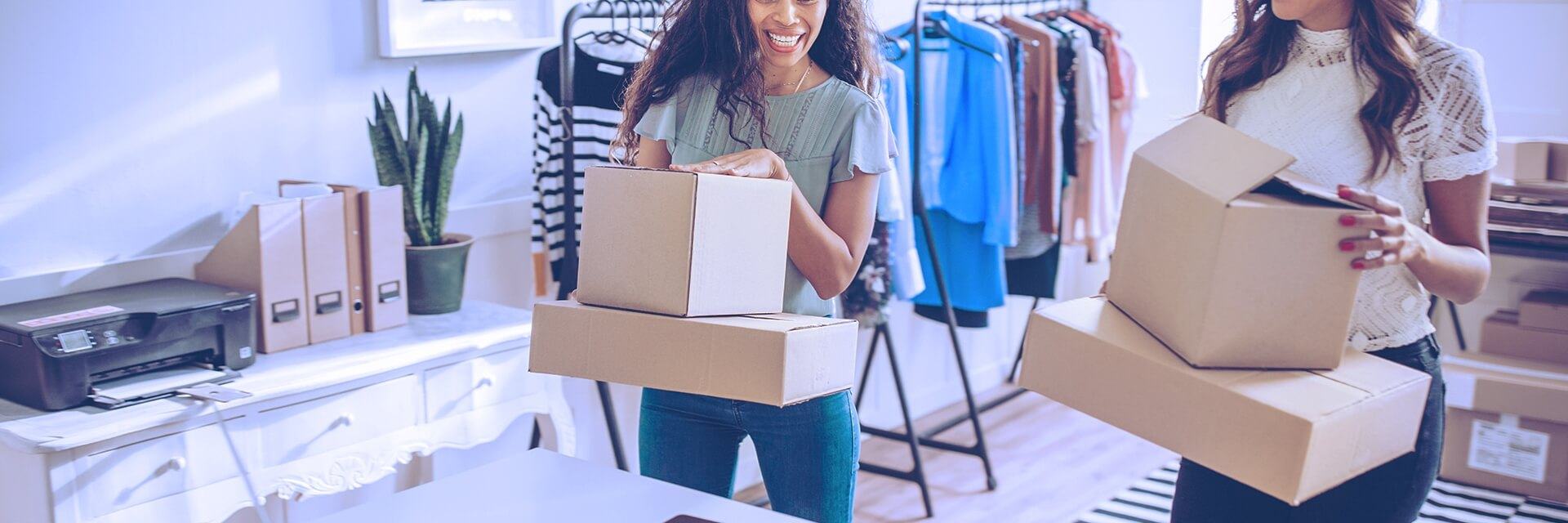 Mulheres com caixas em uma loja