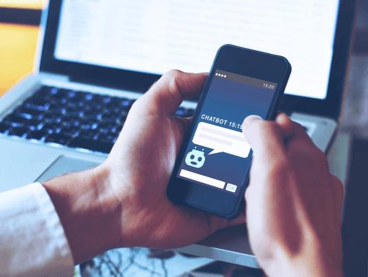 Pessoa usando celular falando com chatbot