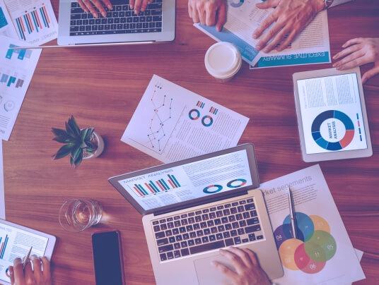 Reunião de equipe com tablets para montar um plano de negócios