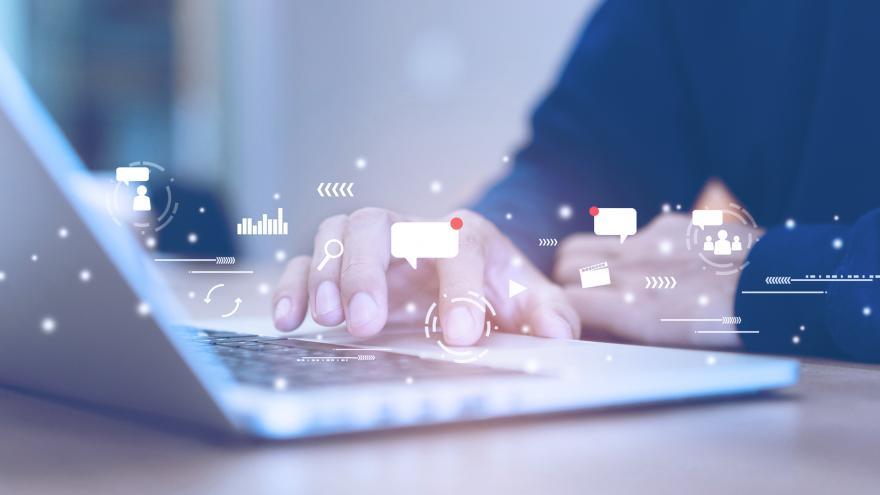mão de homem usando mousepad em notebook com icones de redes sociais, chats, graficos simbolizando internet