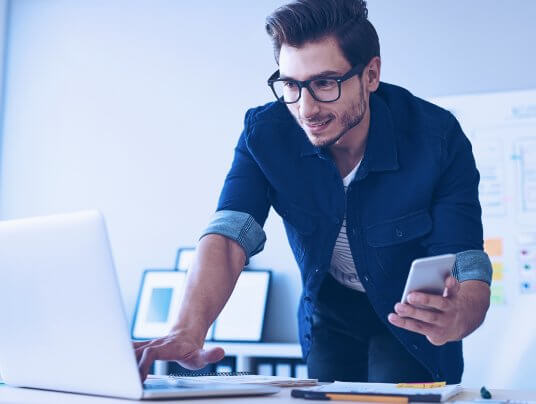 Uso de celular no trabalho: quais as regras?