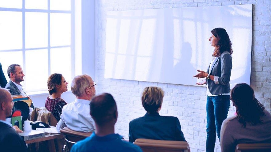 O DPO é o responsável por educar os times sobre os requisitos de conformidade